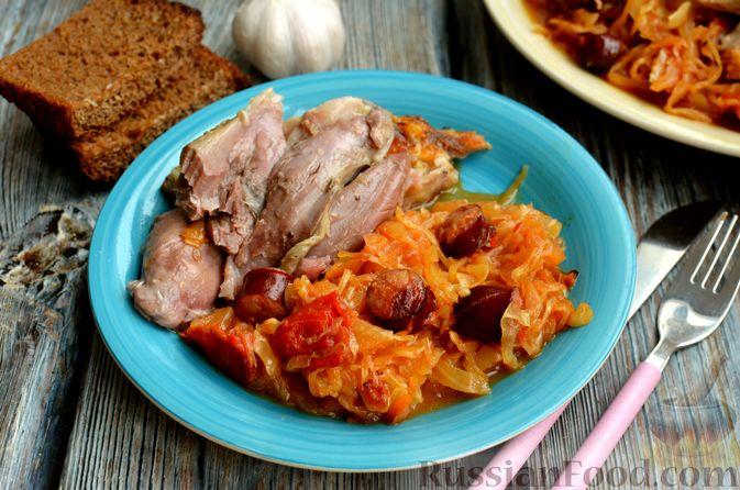 Фото приготовления рецепта: Свиная рулька, запечённая с кислой и свежей капустой и копчёными колбасками - шаг №19