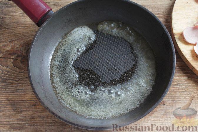 Фото приготовления рецепта: Омлет на молоке, с сосисками - шаг №3