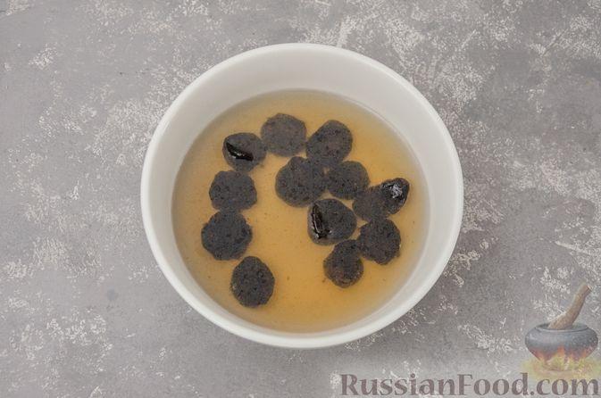 Фото приготовления рецепта: Творожные конфеты с черносливом, орехами и кокосовой стружкой - шаг №2