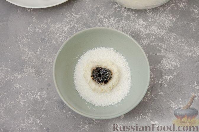 Фото приготовления рецепта: Творожные конфеты с черносливом, орехами и кокосовой стружкой - шаг №8