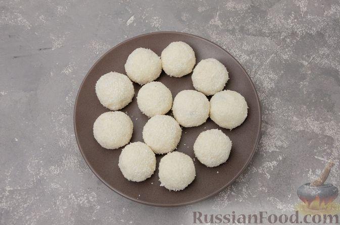 Фото приготовления рецепта: Творожные конфеты с черносливом, орехами и кокосовой стружкой - шаг №9