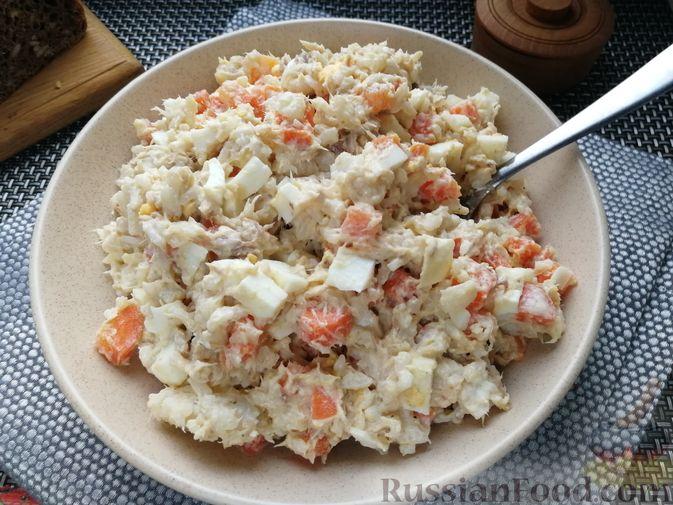Фото к рецепту: Салат с копчёной скумбрией, рисом, морковью и яйцами