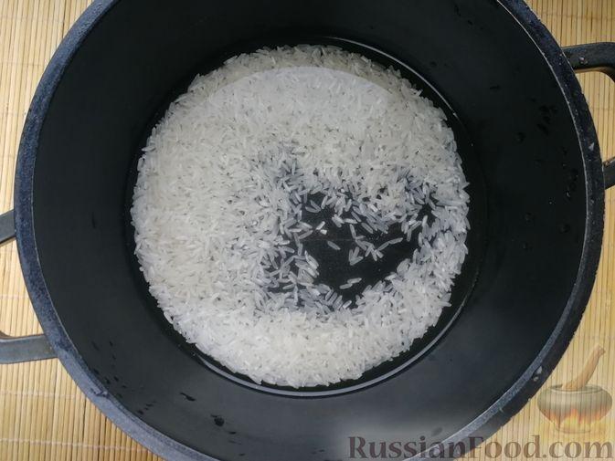 Фото приготовления рецепта: Салат с копчёной скумбрией, рисом, морковью и яйцами - шаг №1
