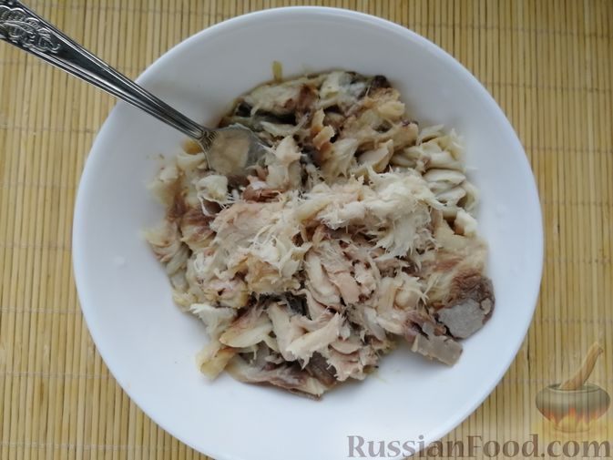 Фото приготовления рецепта: Салат с копчёной скумбрией, рисом, морковью и яйцами - шаг №5