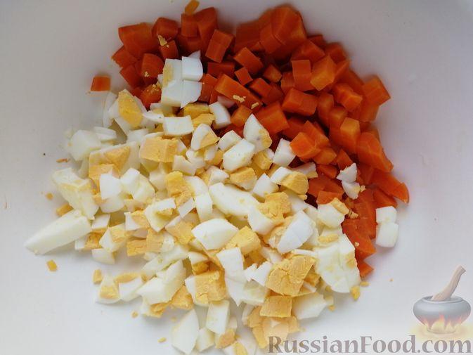 Фото приготовления рецепта: Салат с копчёной скумбрией, рисом, морковью и яйцами - шаг №6