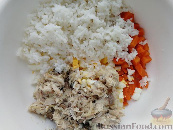 Фото приготовления рецепта: Салат с копчёной скумбрией, рисом, морковью и яйцами - шаг №7