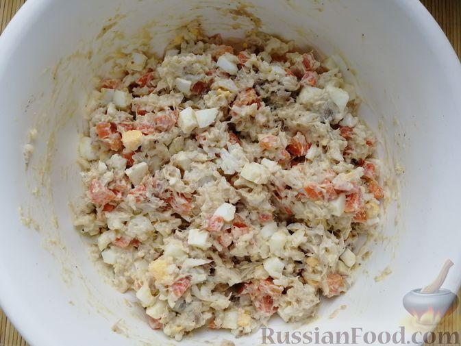Фото приготовления рецепта: Салат с копчёной скумбрией, рисом, морковью и яйцами - шаг №8