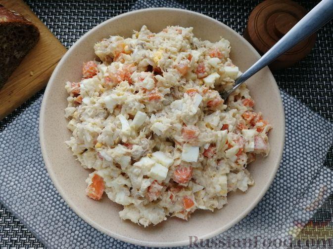 Фото приготовления рецепта: Салат с копчёной скумбрией, рисом, морковью и яйцами - шаг №9