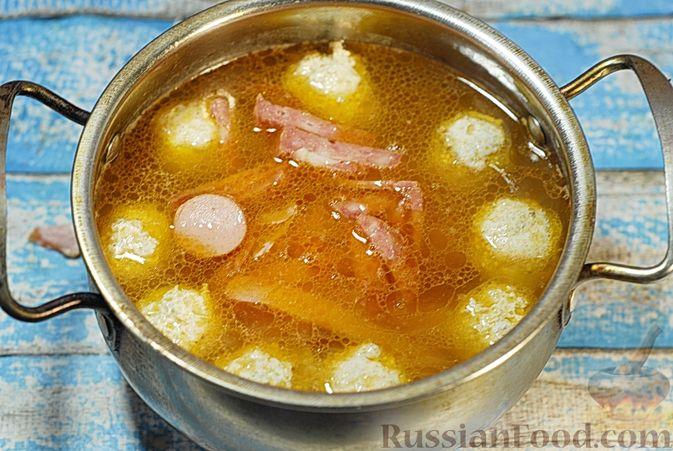 Фото приготовления рецепта: Солянка с копчёностями и куриными фрикадельками - шаг №13