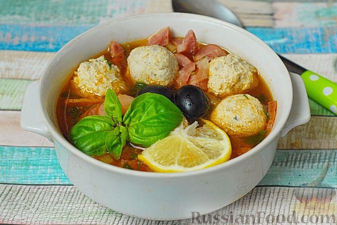 Фото приготовления рецепта: Солянка с копчёностями и куриными фрикадельками - шаг №15