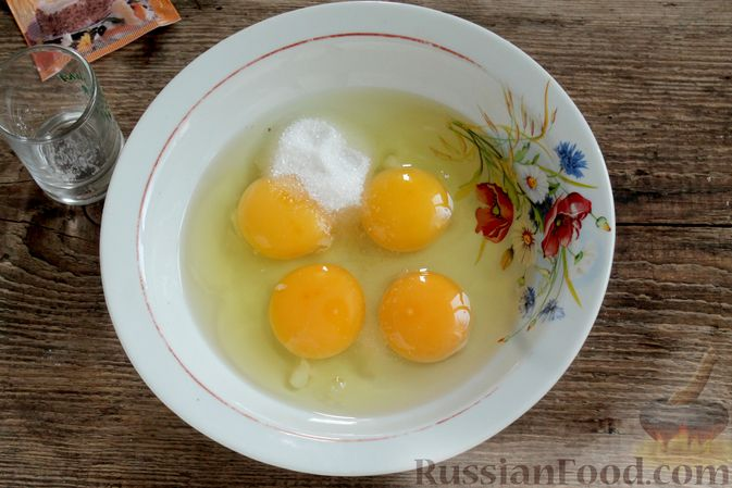 Фото приготовления рецепта: Творожный омлет с начинкой из варенья (в духовке) - шаг №3