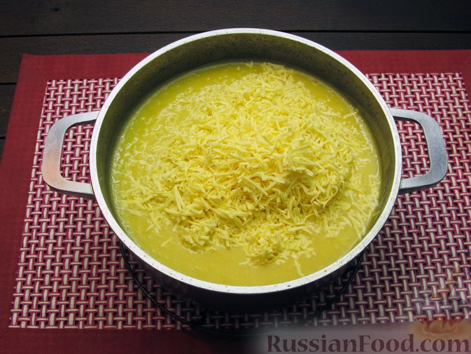 Фото приготовления рецепта: Картофельный суп-пюре с сыром, курицей и свежими помидорами - шаг №15