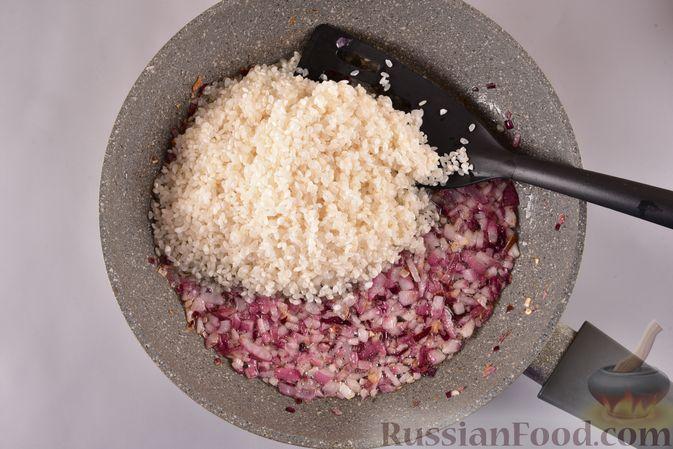 Фото приготовления рецепта: Рисовая каша с жареным луком - шаг №4