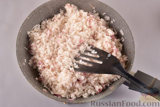 Фото приготовления рецепта: Рисовая каша с жареным луком - шаг №6