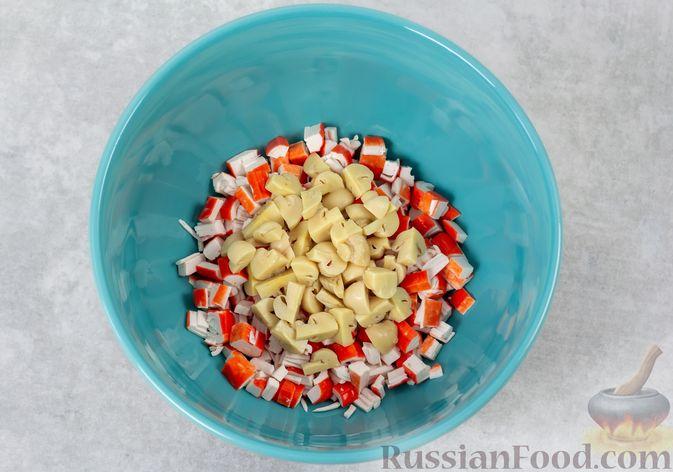Фото приготовления рецепта: Салат с крабовыми палочками, кукурузой, консервированными шампиньонами и огурцом - шаг №4