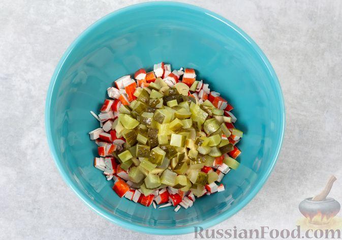 Фото приготовления рецепта: Салат с крабовыми палочками, кукурузой, консервированными шампиньонами и огурцом - шаг №5