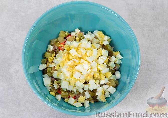 Фото приготовления рецепта: Салат с крабовыми палочками, кукурузой, консервированными шампиньонами и огурцом - шаг №6