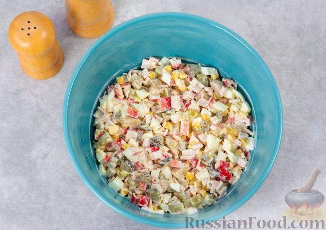 Фото приготовления рецепта: Салат с крабовыми палочками, кукурузой, консервированными шампиньонами и огурцом - шаг №8