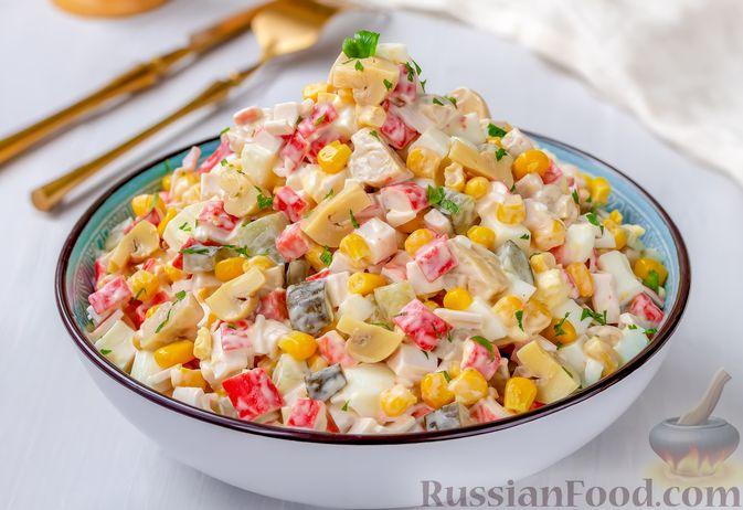 Фото приготовления рецепта: Салат с крабовыми палочками, кукурузой, консервированными шампиньонами и огурцом - шаг №9
