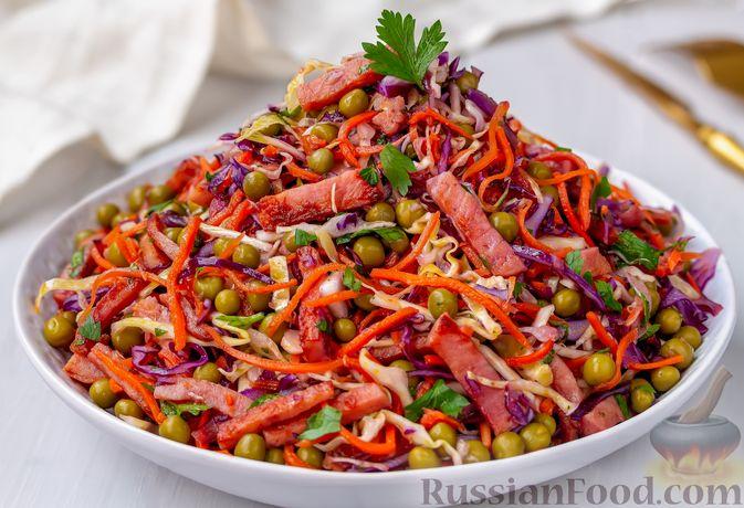 Фото к рецепту: Салат из двух видов капусты, с ветчиной, морковью по-корейски и зелёным горошком