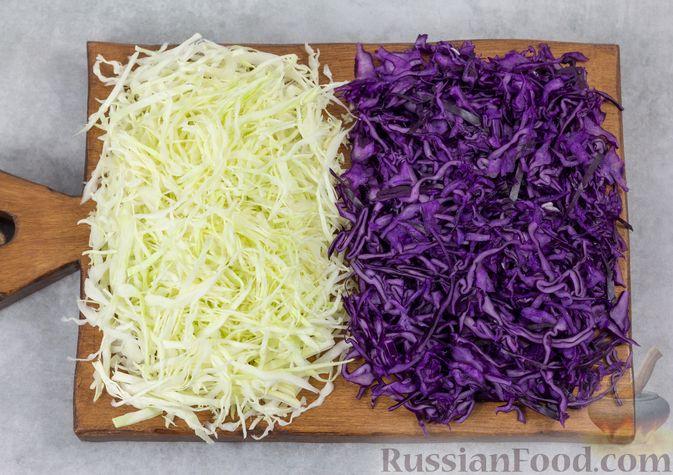 Фото приготовления рецепта: Салат из двух видов капусты, с ветчиной, морковью по-корейски и зелёным горошком - шаг №3
