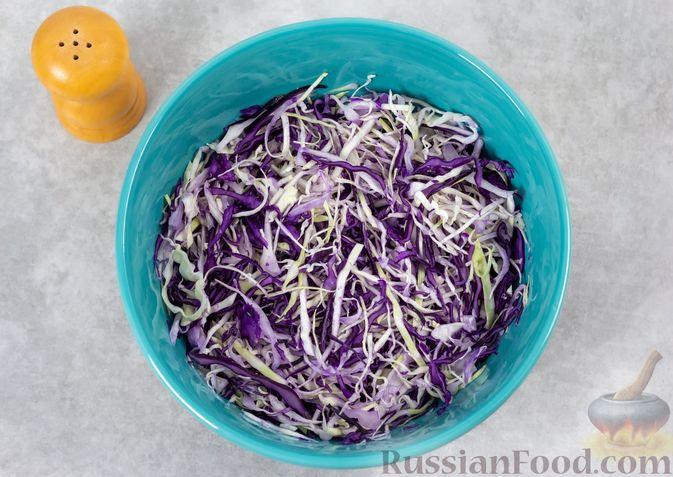 Фото приготовления рецепта: Салат из двух видов капусты, с ветчиной, морковью по-корейски и зелёным горошком - шаг №4