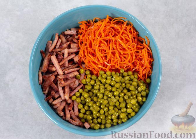 Фото приготовления рецепта: Салат из двух видов капусты, с ветчиной, морковью по-корейски и зелёным горошком - шаг №5