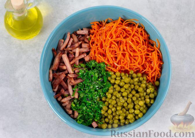 Фото приготовления рецепта: Салат из двух видов капусты, с ветчиной, морковью по-корейски и зелёным горошком - шаг №6