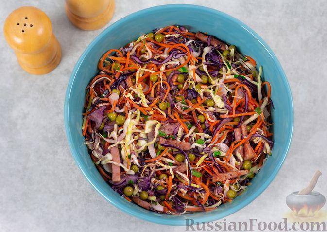 Фото приготовления рецепта: Салат из двух видов капусты, с ветчиной, морковью по-корейски и зелёным горошком - шаг №7