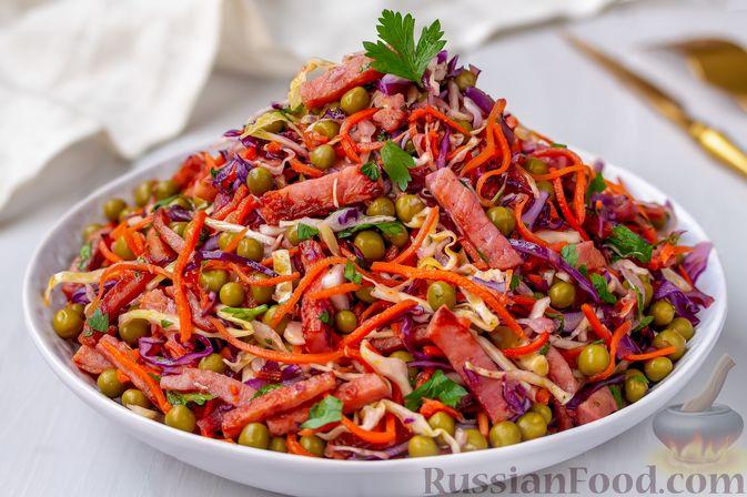 Фото приготовления рецепта: Салат из двух видов капусты, с ветчиной, морковью по-корейски и зелёным горошком - шаг №8