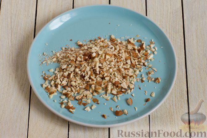 Фото приготовления рецепта: Конфеты из белого шоколада, с кукурузными хлопьями и миндалём - шаг №2