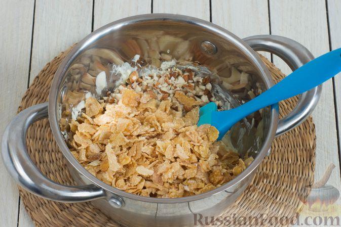 Фото приготовления рецепта: Конфеты из белого шоколада, с кукурузными хлопьями и миндалём - шаг №4