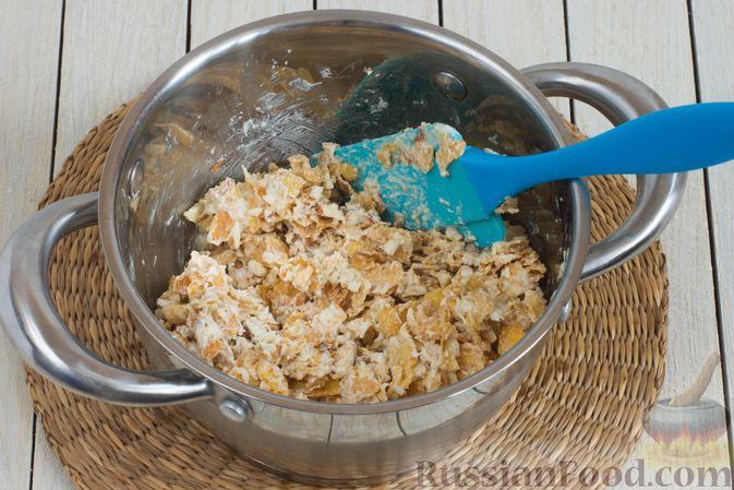 Фото приготовления рецепта: Конфеты из белого шоколада, с кукурузными хлопьями и миндалём - шаг №5