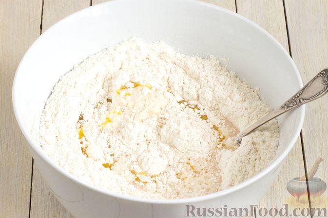 Фото приготовления рецепта: Дрожжевые пирожки с капустой (в духовке) - шаг №5