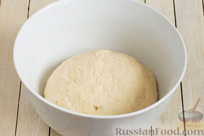 Фото приготовления рецепта: Дрожжевые пирожки с капустой (в духовке) - шаг №6
