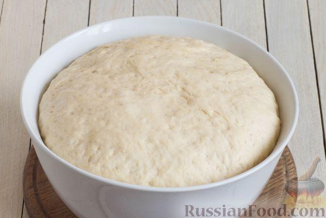 Фото приготовления рецепта: Дрожжевые пирожки с капустой (в духовке) - шаг №7