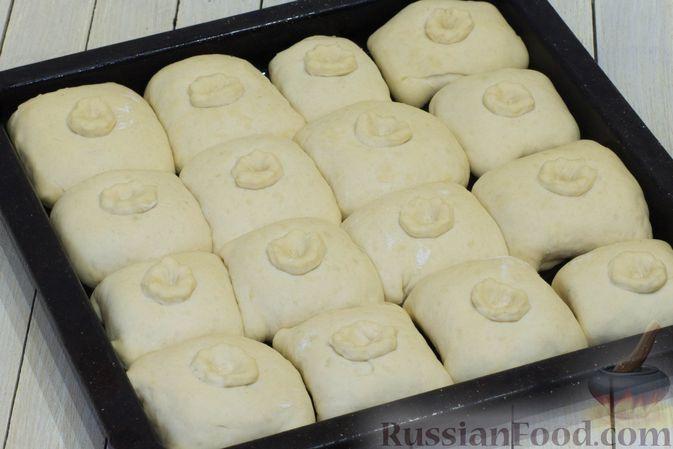 Фото приготовления рецепта: Дрожжевые пирожки с капустой (в духовке) - шаг №15