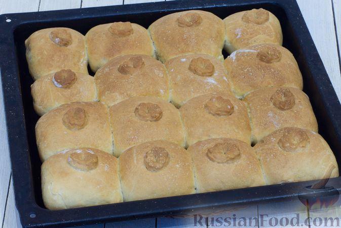 Фото приготовления рецепта: Дрожжевые пирожки с капустой (в духовке) - шаг №16