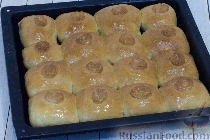Фото приготовления рецепта: Дрожжевые пирожки с капустой (в духовке) - шаг №17