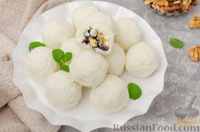 Фото к рецепту: Творожные конфеты с черносливом, орехами и кокосовой стружкой