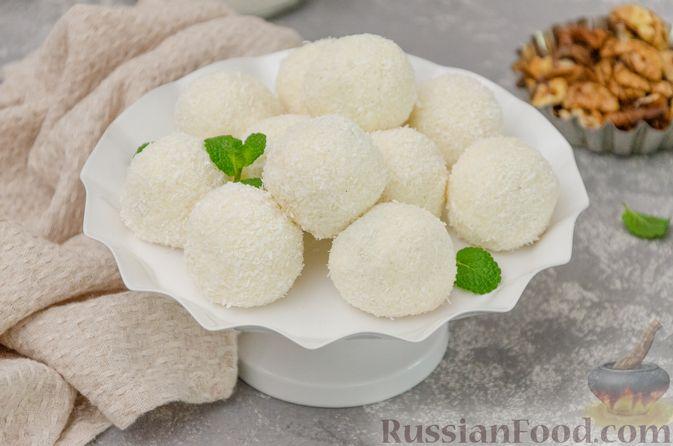 Фото приготовления рецепта: Творожные конфеты с черносливом, орехами и кокосовой стружкой - шаг №10