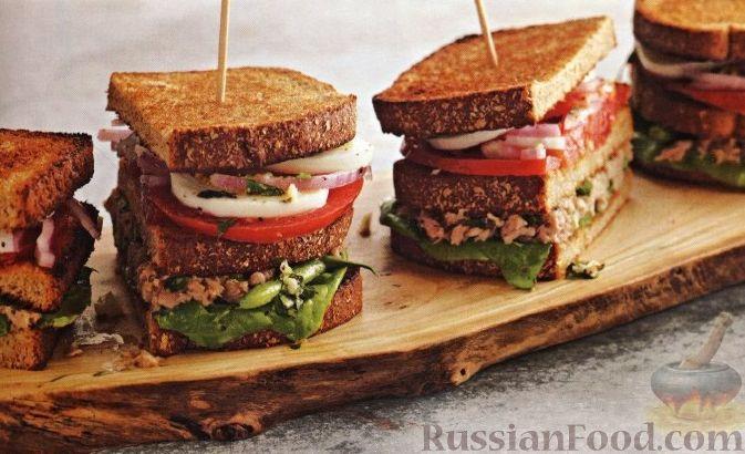 Рецепт Тройные бутерброды с тунцом, стручковой фасолью, помидорами, луком и яйцами