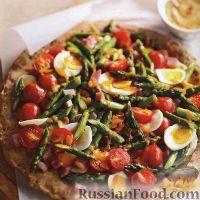 Фото к рецепту: Пицца с помидорами, спаржей, ветчиной и яйцами