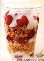 Фото к рецепту: Злаковый завтрак с йогуртом и малиной