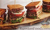 Фото к рецепту: Тройные бутерброды с тунцом, стручковой фасолью, помидорами, луком и яйцами