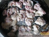 Фото приготовления рецепта: Куриные бедрышки с картофелем, запеченные в духовке - шаг №3