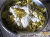 Фото приготовления рецепта: Куриные бедрышки с картофелем, запеченные в духовке - шаг №4