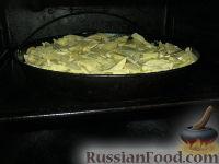 Фото приготовления рецепта: Куриные бедрышки с картофелем, запеченные в духовке - шаг №7