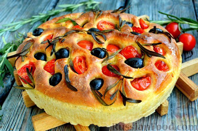 Фото к рецепту: Фокачча с помидорами черри, розмарином и маслинами