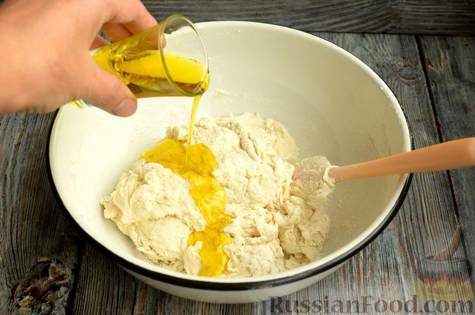 Фото приготовления рецепта: Фокачча с помидорами черри, розмарином и маслинами - шаг №4